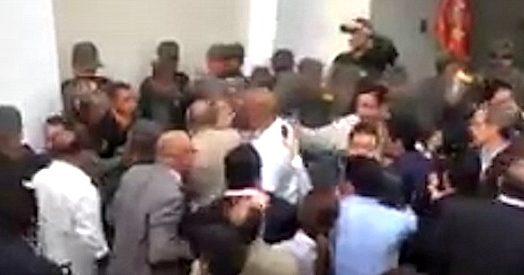 Venezuela caos in parlamento militari entrano e si for Senatori e deputati
