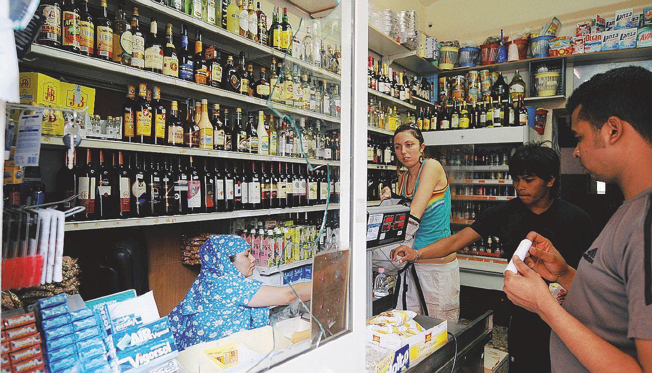 Roma: stop ai mini-bazar di cibo, alcol e paccottiglia