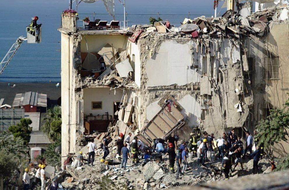 Palazzina crolla a Torre Annunziata: otto persone coinvolte
