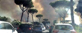 """Roma, brucia la pineta di Castelfusano: case evacuate e traffico in tilt. Arrestato un 22enne: """"Appicava il fuoco"""""""