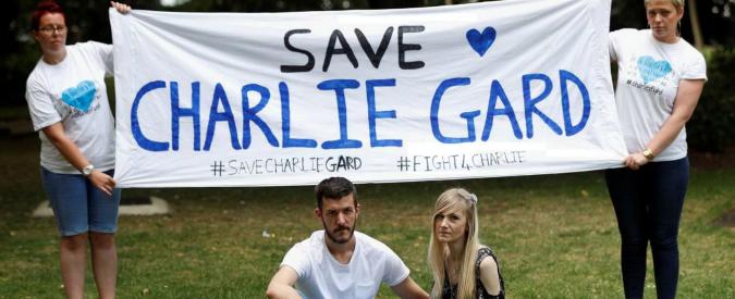 """Charlie Gard, il governo britannico: """"Decideranno i giudici"""". Dai genitori petizione per farlo portare negli Usa"""