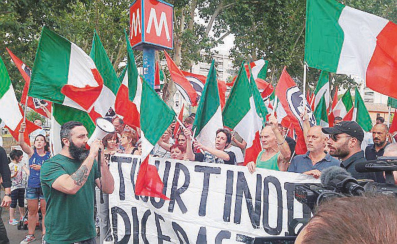 Roma, pestato bengalese assegnatario di alloggio In piazza fascisti e sinistra
