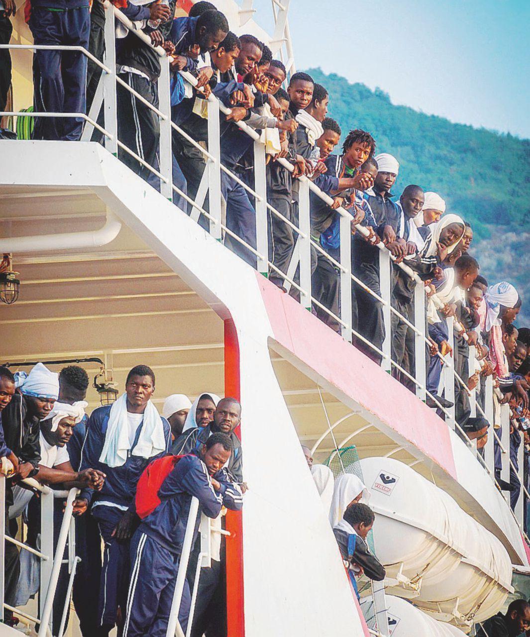 Times: l'Italia potrebbe dare 200 mila visti temporanei ai migranti
