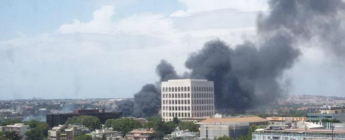 """Incendi, a Roma fiamme all'Eur. Vigili del fuoco: """"Allarme nube tossica, bruciati eternit e pneumatici"""""""