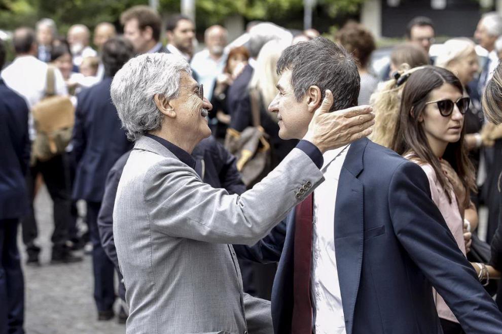 Massimo D'Alema saluta Marco Berlinguer, uno dei figli di Enrico e Letizia