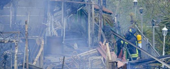 Incendi, prima vittima in Campania: sale sul tetto. Cade e muore per il cedimento del lucernario