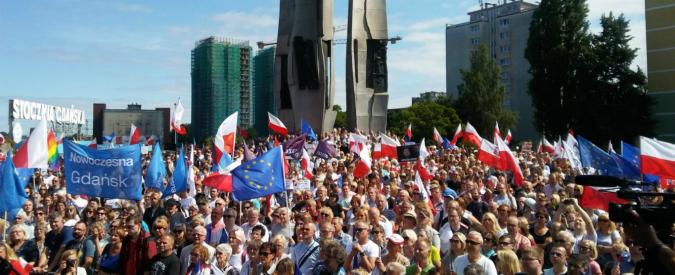 """Polonia, passa la riforma della giustizia che annulla separazione poteri. Proteste in piazza, Ue: """"Minaccia a stato di diritto"""""""