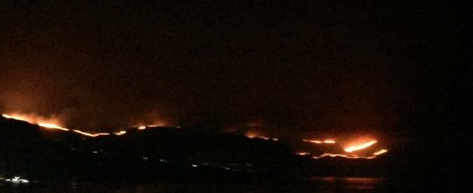 Incendi, un piromane arrestato nel Messinese. Quattro ragazzi scoperti dai carabinieri mentre appiccavano il fuoco