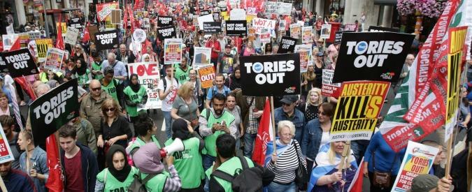 Brexit, l'economia inglese accusa il colpo: salgono i prezzi, le famiglie si indebitano e May studia nuovo piano di austerity