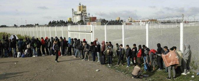 "Migranti, ""a Calais la polizia francese usa spray al peperoncino contro adulti e bambini. Anche mentre dormono"""