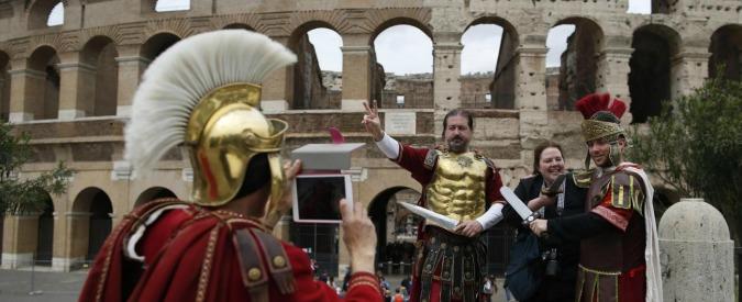 Centurioni a Roma, dopo lo stop del Tar la Raggi ci riprova: via dal Colosseo e dai monumenti. Multa di 400 euro