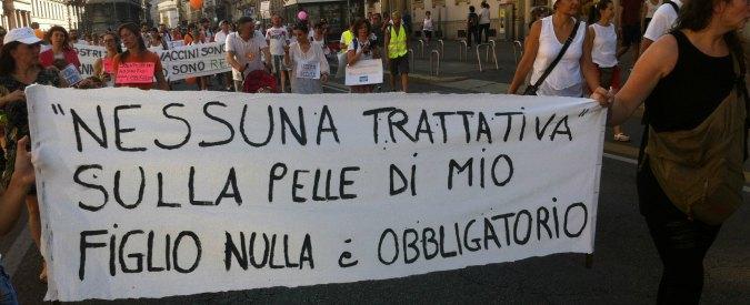 """Vaccini, corteo a Milano per la libertà vaccinale. Migliaia in marcia: """"No al decreto"""""""