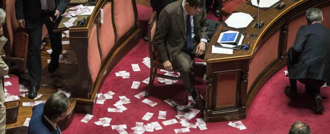 Banche venete, il decreto è legge con la fiducia. Il Movimento 5 Stelle lancia false banconote da 500 euro in aula