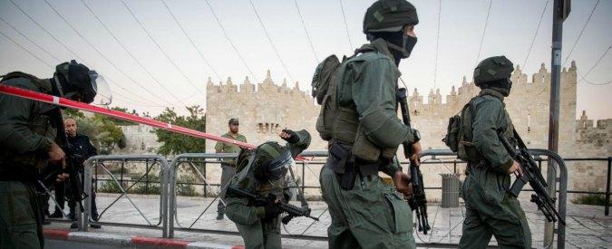 Gerusalemme, attentato sulla spianata della Moschee: muoiono due agenti. Uccisi i tre assalitori