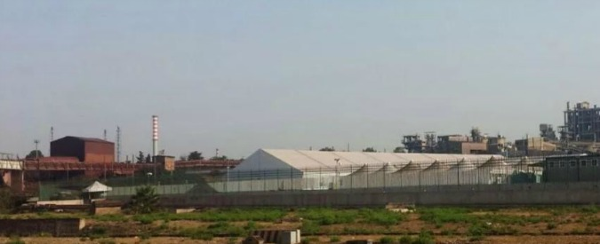 "Taranto, la denuncia: ""I veleni dell'Ilva anche sull'hotspot che ospita i migranti"""