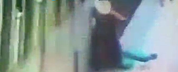 Donna incastrata e trascinata in metropolitana a Roma, indagato per lesioni il macchinista