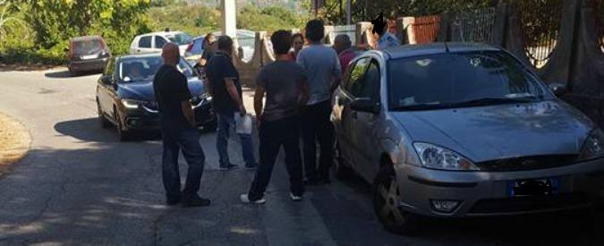 Migranti, barricate e proteste nel Messinese contro l'arrivo di 50 profughi. E il sindaco stacca la luce