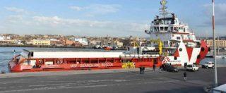 """Migranti, nave Msf non entra nel porto di Lampedusa. La ong: """"Nessun divieto, solo un normale trasbordo di persone"""""""