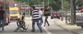 Amburgo, un uomo accoltella sette persone in un supermarket: un morto e sei feriti. Fermato prendendolo a sediate