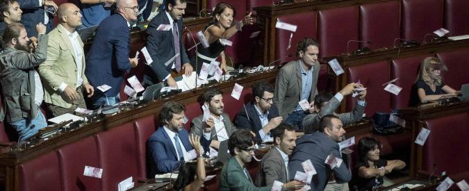 Banche venete, ancora ostruzionismo M5s alla Camera. 'Battaglia per i truffati': lanci di 500 euro e interventi in veneto