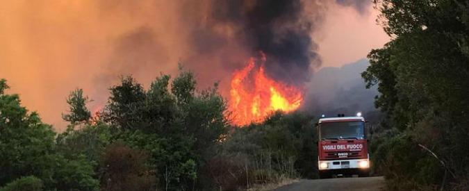 Incendi fino al centro di Sciacca: evacuate tre palazzine. Caos anche in Sardegna