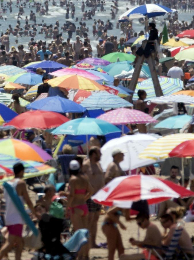"""Turismo mordi e fuggi: dal sesso sull'arenile ai bivacchi low cost, tutte le misure dei sindaci per evitare """"l'estate cafona"""""""