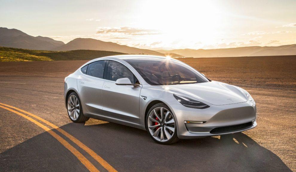 Tesla Model 3: Elon Musk svela le immagini del primo esemplare prodotto