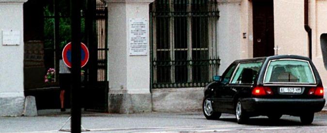Torino, una pensionata di 70 anni si dà fuoco al cimitero: è gravissima