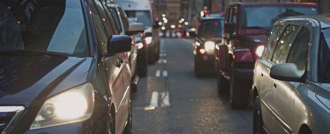 Incidenti stradali, troppe auto e pochi marciapiedi. Metteremo i bambini al guinzaglio?