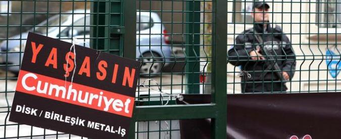 """Turchia, al via il processo per i giornalisti del quotidiano d'opposizione Cumhuriyet: accusati di """"terrorismo"""""""