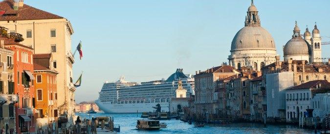 """Venezia, il Guardian contro le grandi navi: """"Se ci andate non dimenticate la maschera anti-inquinamento"""""""