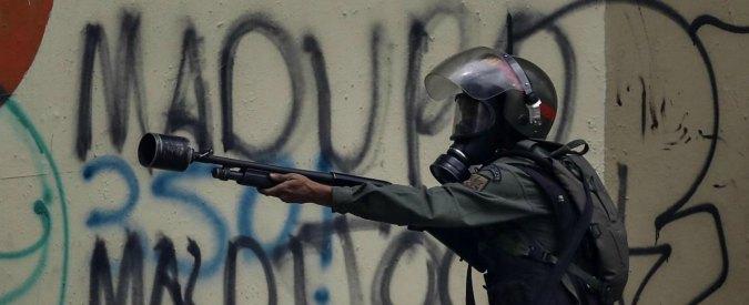 """Venezuela, rapporto di Amnesty: """"Raid illegali nelle case. Forze di sicurezza usano violenze e lacrimogeni"""""""