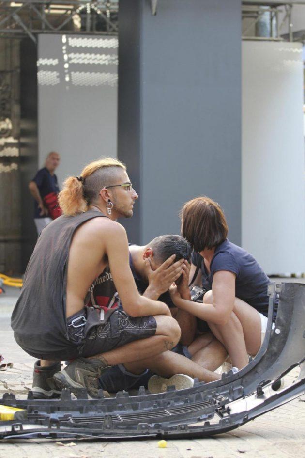 """Attentato Barcellona, furgone travolge decine di persone sulla Rambla. """"Almeno 13 morti"""". Aggressore asserragliato in un locale con ostaggi – (FOTO E VIDEO)"""