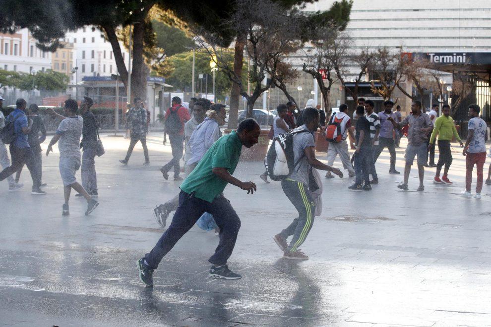 Roma, polizia usa idranti e carica i rifugiati per sgomberare piazza ...