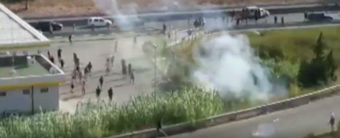 Brindisi, scontri con gli ultras del Lecce prima del match e spari della polizia per fermare le violenze: 2 tifosi arrestati