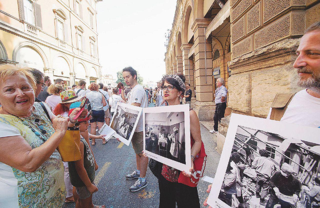 """Strage della stazione, i parenti delle vittime contro governo e pm: """"Ci sentiamo traditi"""""""