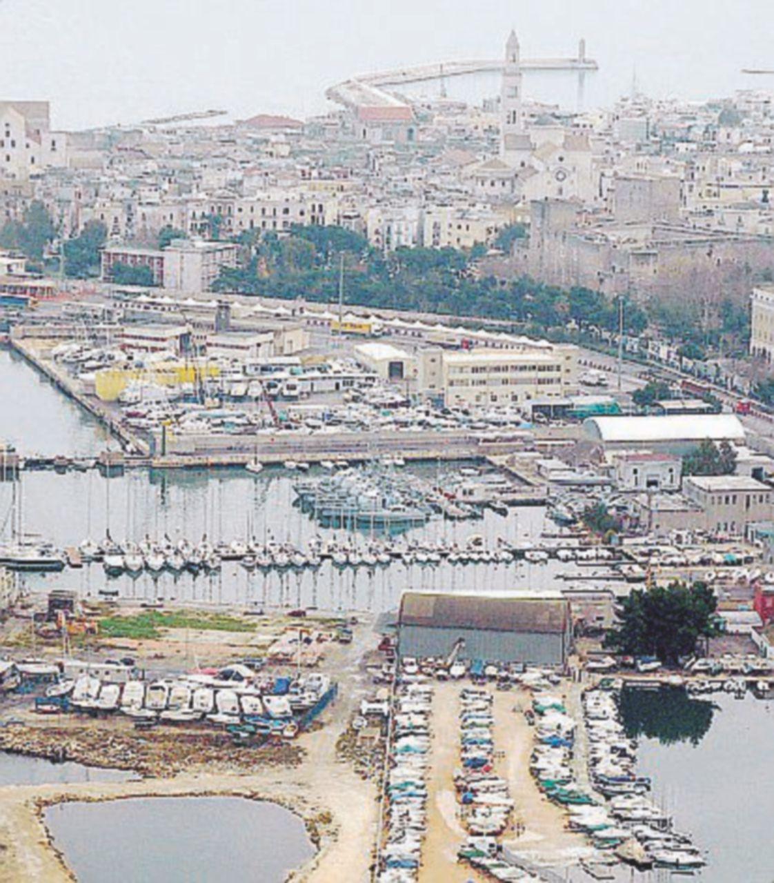 Ragazza attirata in una trappola al porto e violentata dal branco