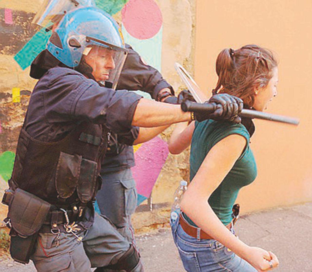 """La polizia sgombera il """"Làbas"""" Merola: """"Aiutano i più deboli"""". Galletti si schiera con gli agenti"""