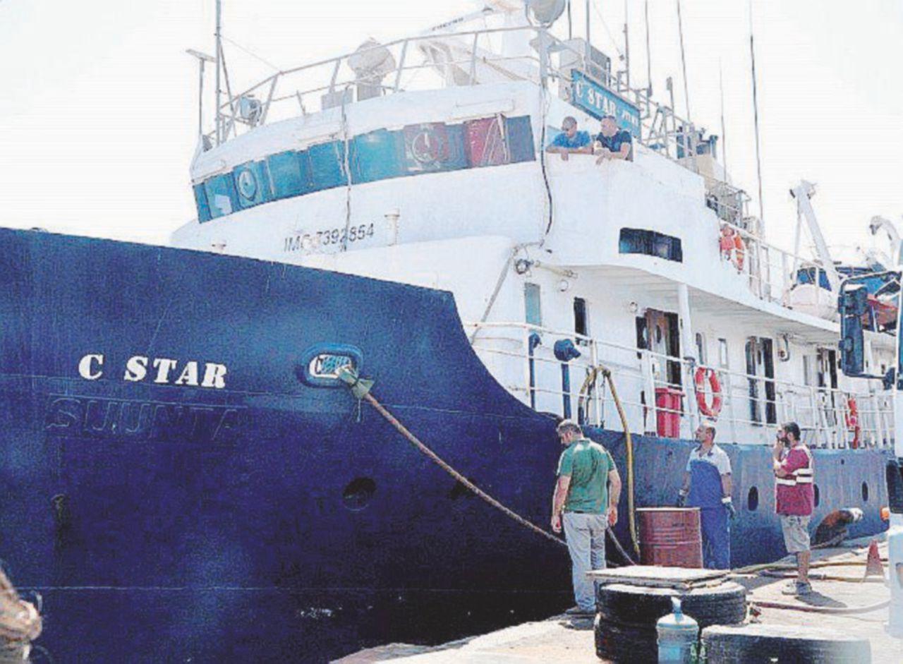 """La nave d'estrema destra in avaria respinge i soccorsi """"umanitari"""""""