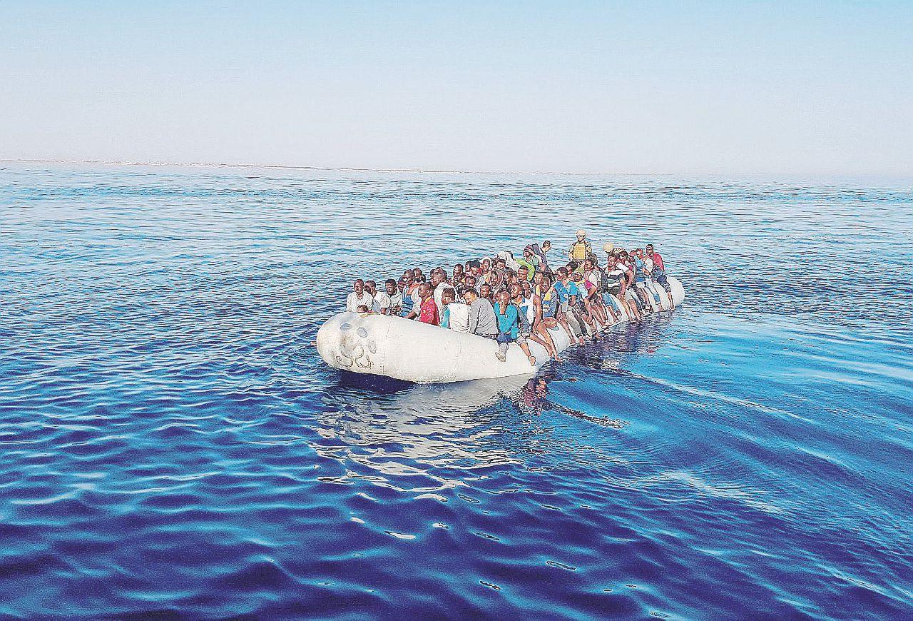 In Edicola sul Fatto del 14 agosto: Migranti e Ong in ritirata, il mare si svuota. Per ora