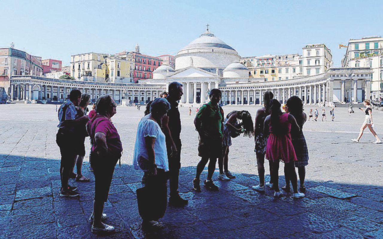 Piazza del Plebiscito e via Toledo: nelle aree pedonali entra chiunque