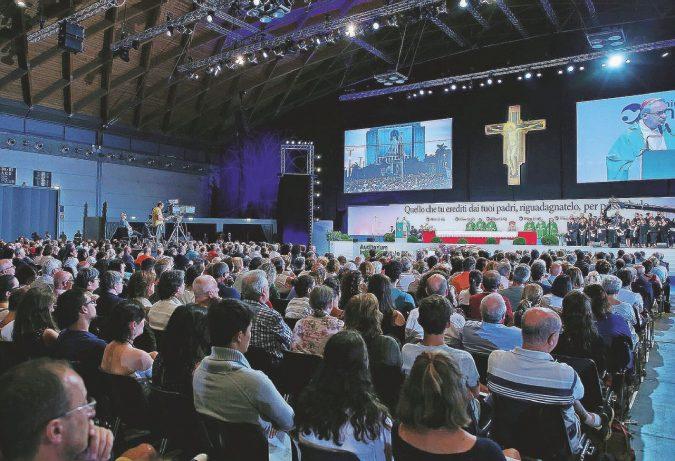 Meeting, l'unica liturgia tra gli stand di Cl è il rito del potere (e la App gay)