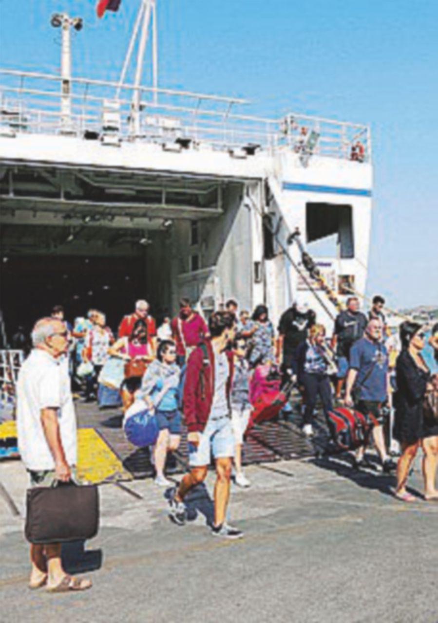 Nella notte 30 scosse, 11 mila turisti se ne tornano a casa