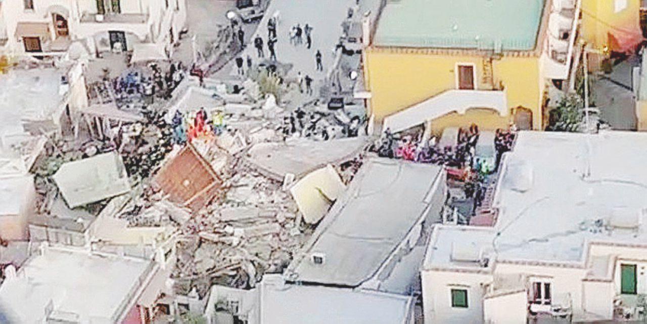 Il palazzo crollato: 2 piani abusivi sopra una cantina