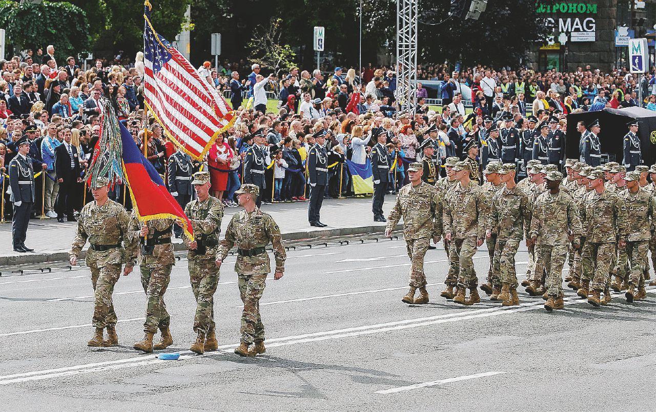 Russiagate bracca Trump e il marine sfila a Kiev