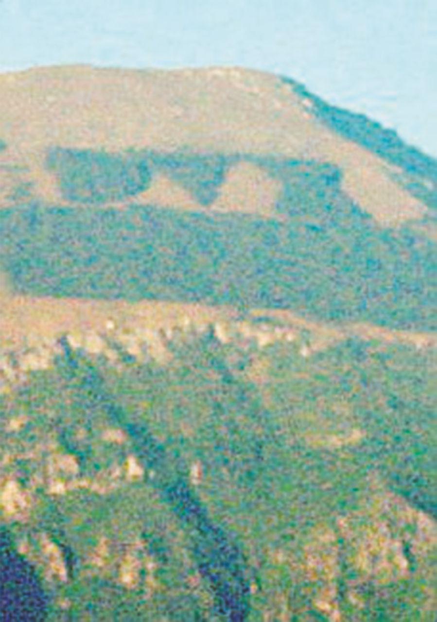 """Le fiamme divorano la scritta """"Dux"""" sul monte Giano"""