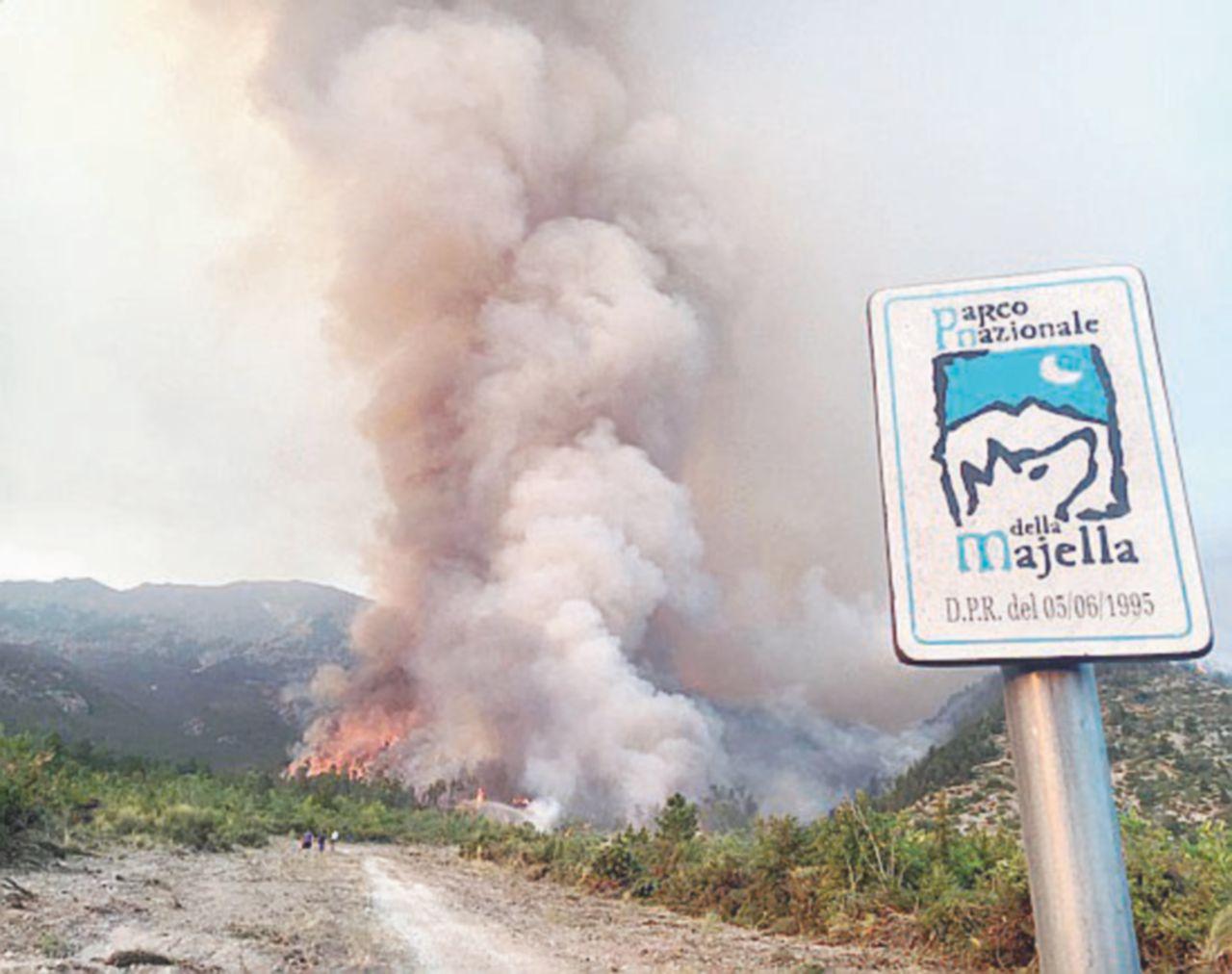Majella, fiamme da 11 giorni. I piromani aggirano i pompieri, gravissimo il volontario ferito