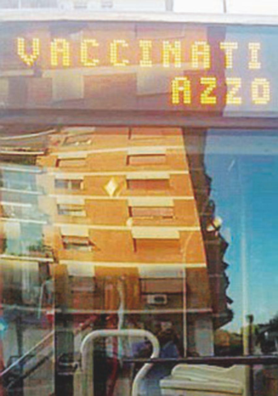 Sospeso il conducente del bus con la scritta contro le vaccinazioni