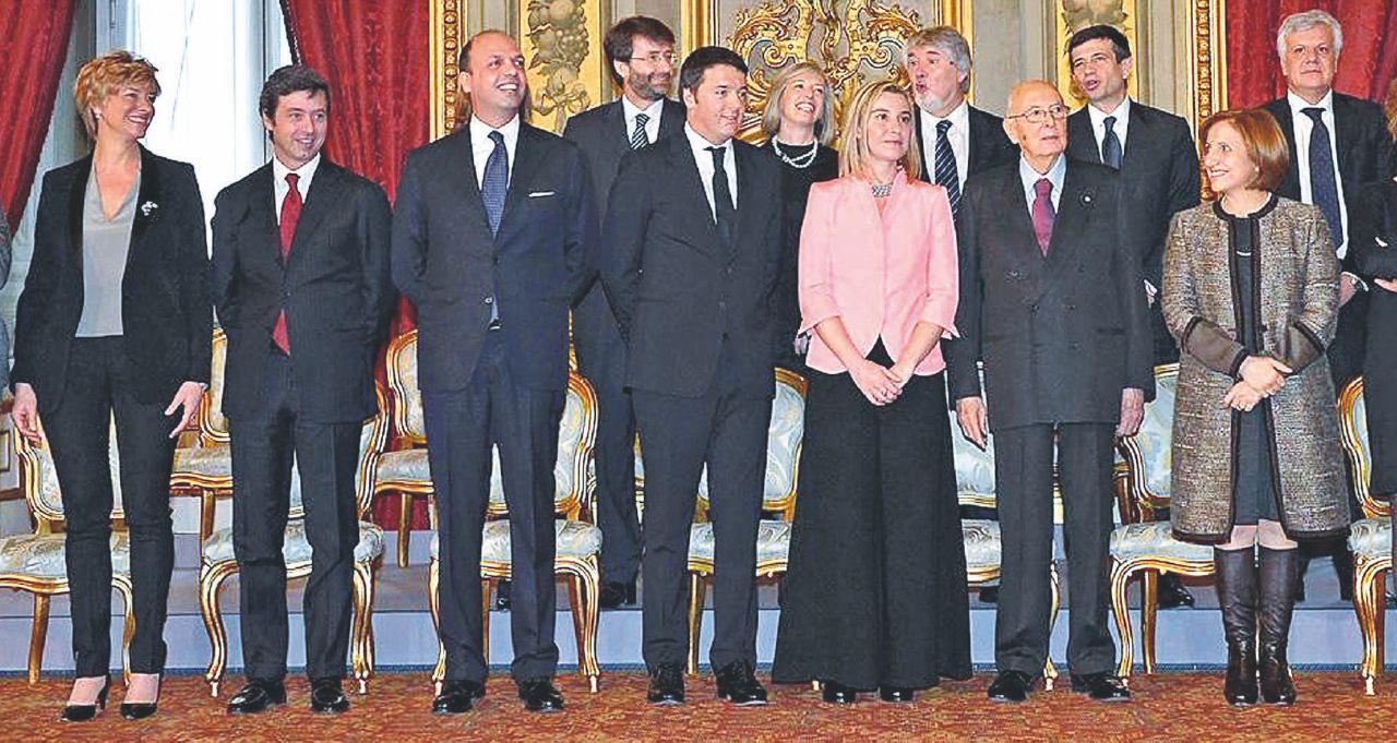 Gentiloni scippa a Renzi pure il consenso: all'Italia piace il suo silenzio