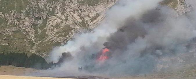 Incendi, distrutto il Gran Sasso: rogo partito da un barbecue. Sulla Sila fuoco alimentato da piromani dal 25 luglio